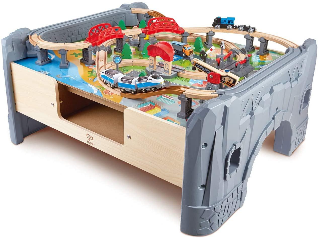 Mesa de juego con pista para tren